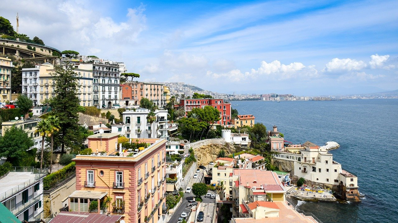 Campania: da oggi mascherine obbligatorie all'aperto